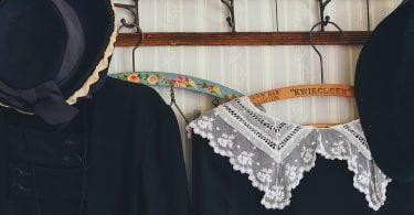 Piese vestimentare clasice care nu trebuie să lipsească din garderoba unei femei